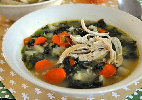 Ячменный суп с курицей и шпинатом